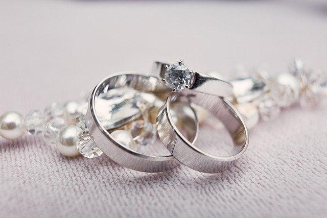 Pierścionki z diamentami są wierne sercu