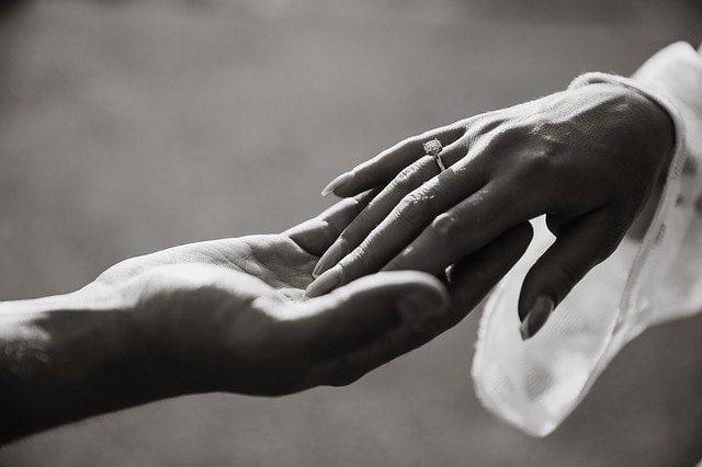 Pierścionek zaręczynowy z brylantem – przewodnik