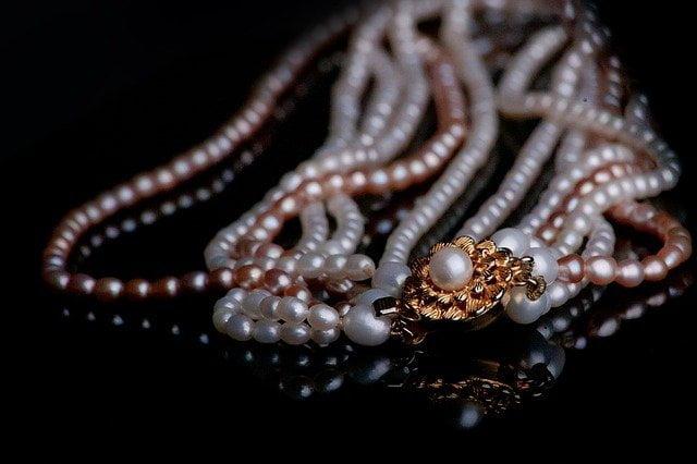 Jak dobrać biżuterię i zachować styl